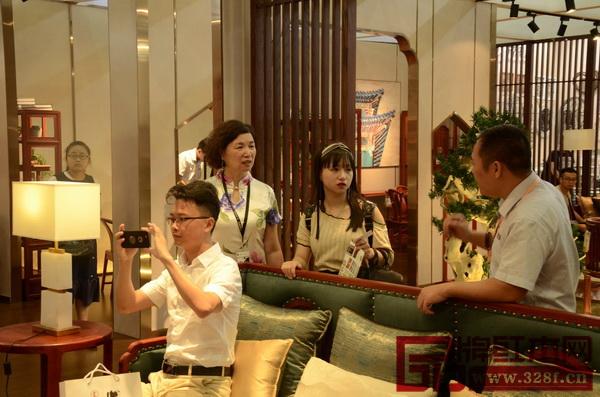 消费者在展厅现场被东莞国寿红木世外桃源《轩逸客厅系列》所吸引