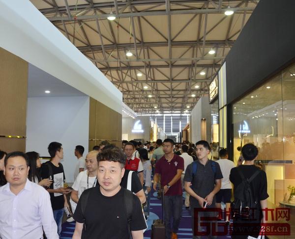 9月12日,上海家具展上海浦东新国际博览中心盛大开幕,吸引了全球各地的专业买家及参观者