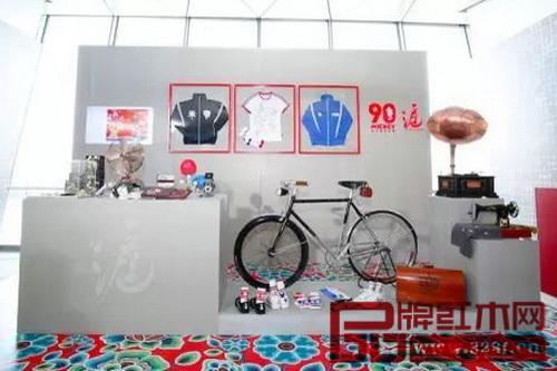 """迪士尼将在中国推出""""沪""""系列,以老上海为创作主题,和授权商合作推出各种如米奇二八自行车、毛笔架、缝纫机和茶壶等中国风概念商品"""