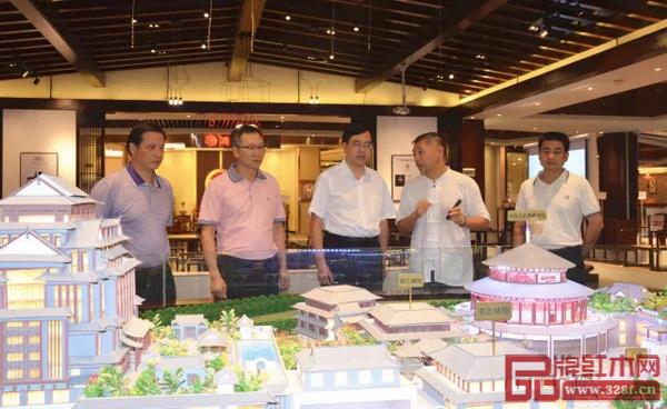 红博城董事长林孟礼(右二)向中山市委书记陈旭东(左三)汇报红博城的建设情况