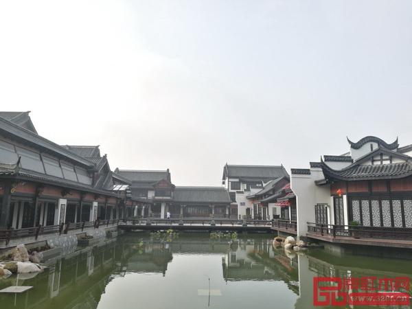 园区内古典园林式红木文化体验中心