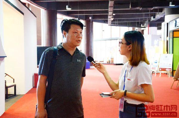 参会经销商在大会现场接受《品牌红木》杂志记者采访