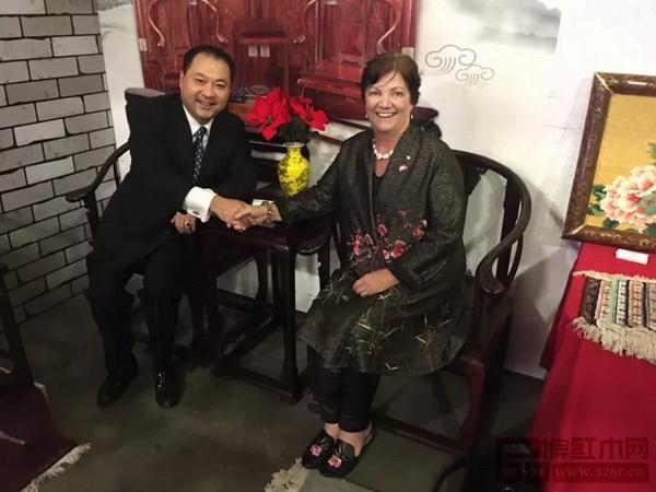 加拿大前副总理希拉·科普斯女士(右)现场试坐太和木作皇宫椅并与太和木作董事长关毅先生交谈