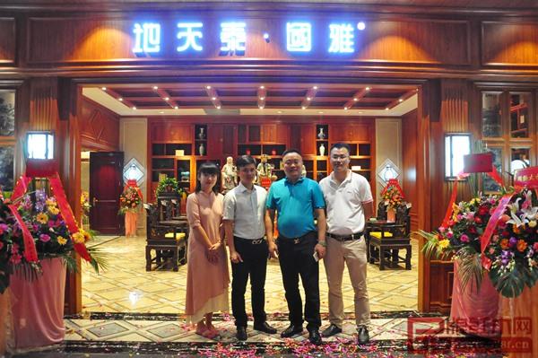 地天泰董事长许贵禄(右二)与品牌红木网精英团队合影留念