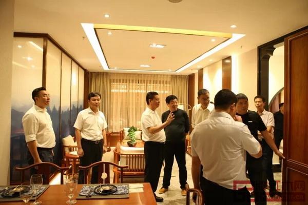 中国传统工艺大师、国寿红木董事长陈国寿(左三)为嘉宾诠释世外桃源样板房的构思理念