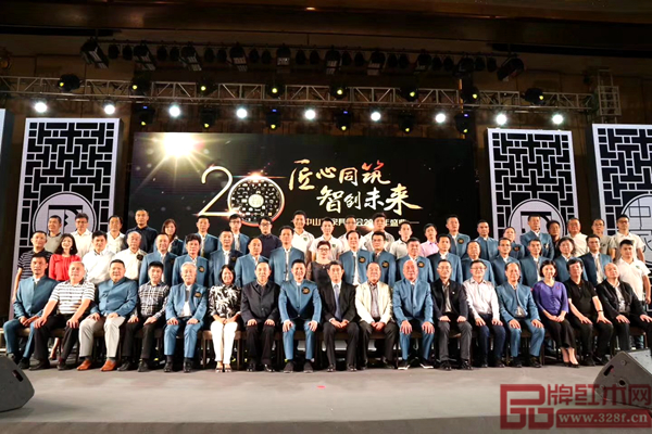 中山市家具商会20周年庆典上嘉宾领导合影留念