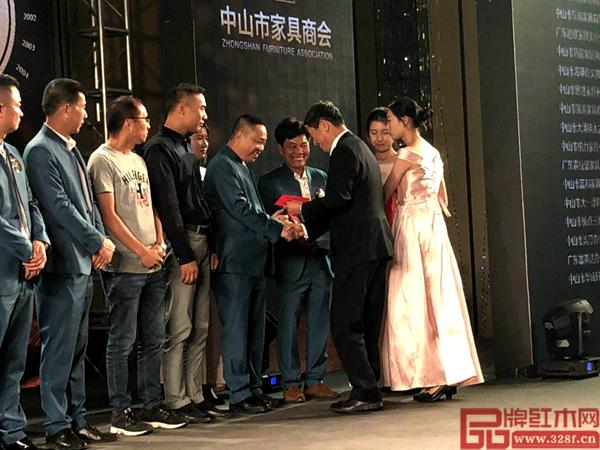 中国家具协会理朱长岭为一品居家具方达良董事长颁奖
