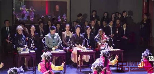 2014年11月,国家主席习近平夫人彭丽媛与三位政要夫人坐在红木圈椅上观看中国传统表演