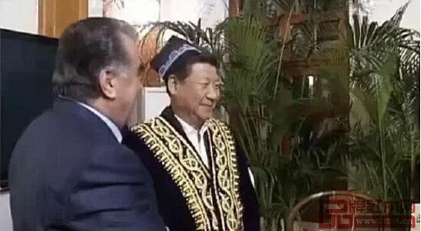 2014年9月,在塔吉克斯坦国事访问时,一把明式交椅作为国礼赠予拉赫蒙总统
