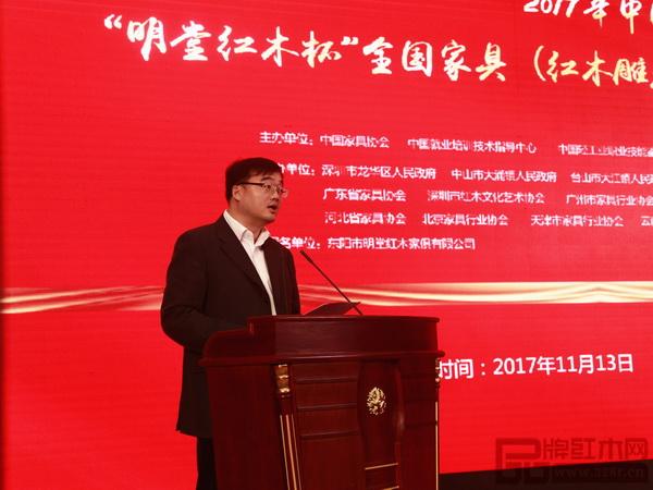 金华市副市长、东阳市市委书记黄敏在表彰大会上做发言