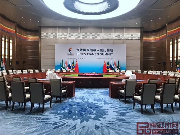 明堂红木为金砖国家领导人厦门会晤主会场制作的红木会议桌