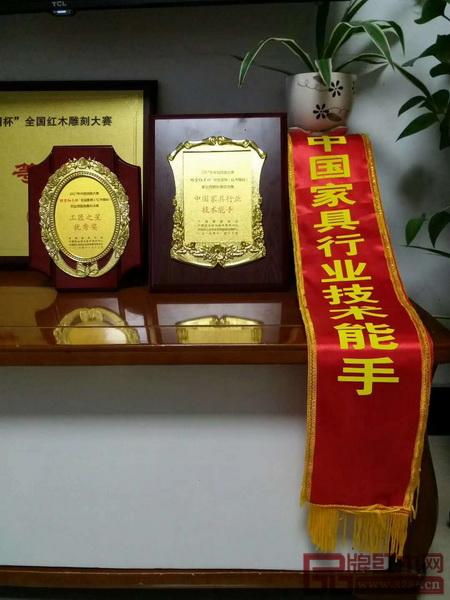 """孔连红木的两名工匠在全国红木雕刻总决赛中喜获 """"工匠之星优秀奖"""""""