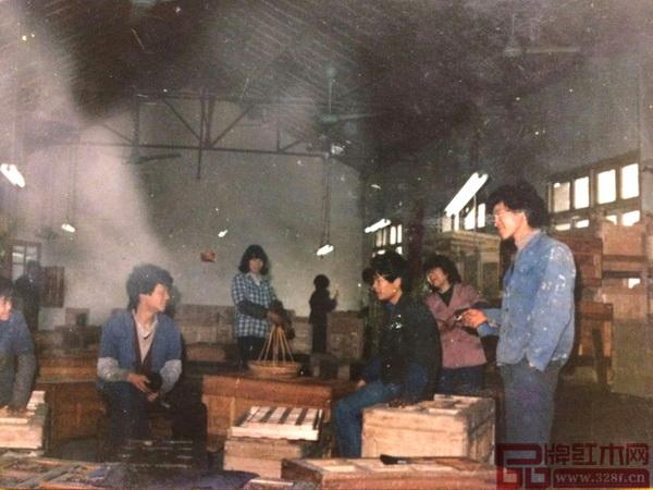 李忠信(左一)学徒时照片
