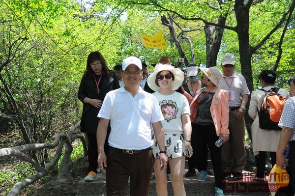 2015年安博电竞红木经销商大会,李忠信与妻子李伟珍在黄山