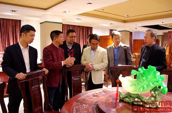 水雨轩董事长廖升中(左三)为印尼政府代表团详细讲解红木家具的榫卯结构的博大精深
