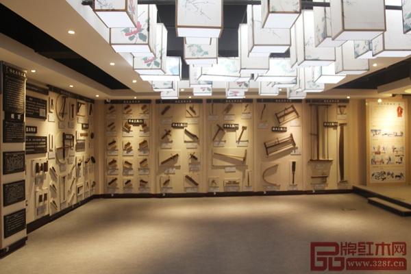 历时8年,御乾堂红木开设了全省乃至全国品种最多、类目最全的中国传统家具榫卯结构陈列馆之一