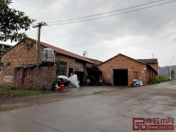 1997年李忠信夫妇在龙山凤租赁厂房开始了艰苦的创业过程