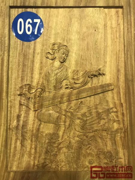御乾堂红木 黄志勤笔下的作品裙带飘风,顾盼有神是木雕作品中的神笔