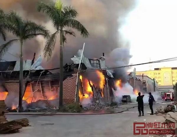12月21日,广东省中山市大涌镇青岗创源工业区某红木家具厂发生火灾,现场火势浩大,浓烟滚滚