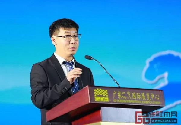 广东省家具商会执行会长兼秘书长蒋德辉主持第七届会员代表大会一次会议