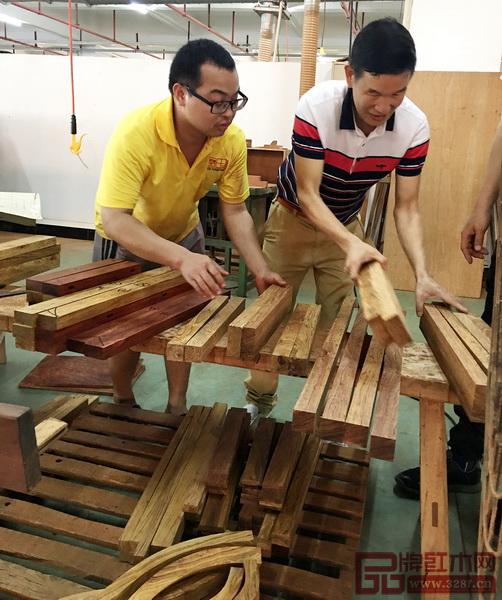区氏臻品董事长区胜春(右)亲手把关黄花梨的选材