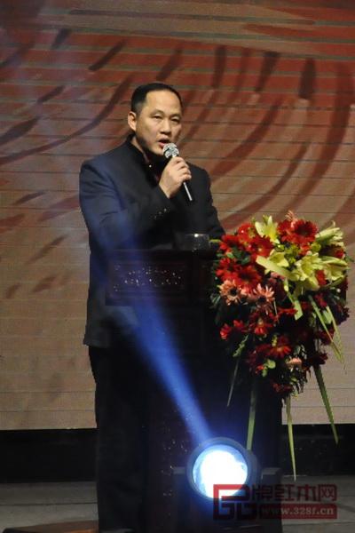 东成红木经销商代表郑庭华在讲话中对东成红木2018年的发展充满期盼与信心