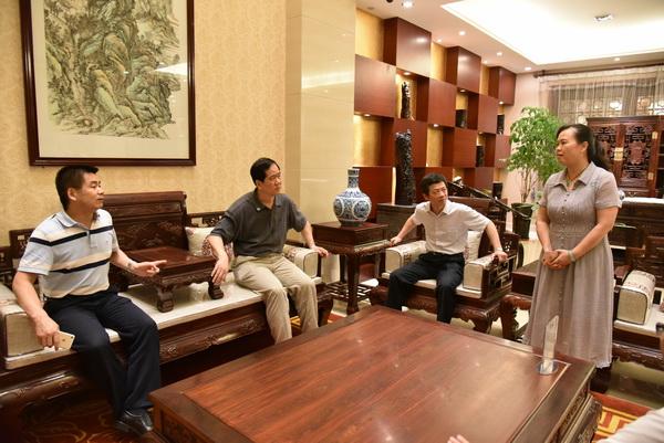 国家工商总局副司长刘宏伟一行莅临东成红木调研指导