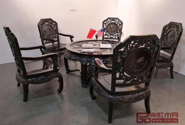 深圳泰和园的《松鹤延年茶台》采用丝翎檀雕技艺呈现中华民族对长寿的美好寓意