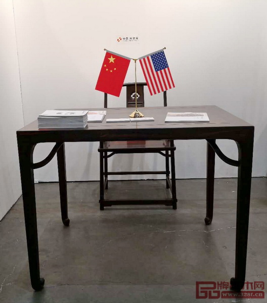 鲁班木艺参展的作品《四平卷珠足长桌》和《背板云纹开光南官帽椅》