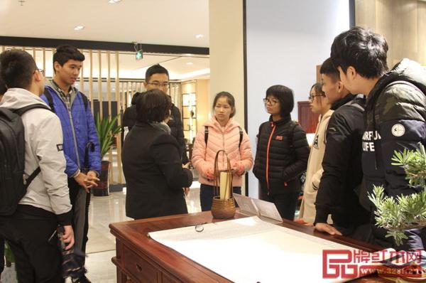 华南农业大学学子了解红古轩红木家具的设计制作