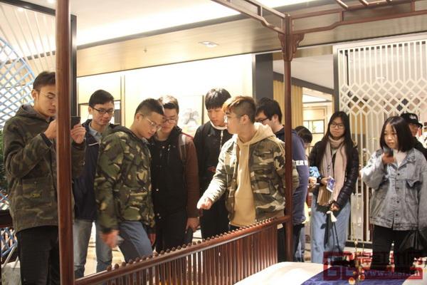 华南农业大学学子在红古轩红木文化体验馆认真学习红木家具相关知识