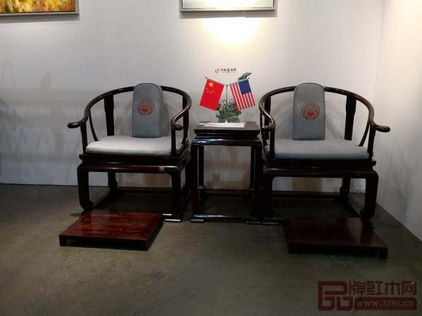 中国传统工艺大师、明堂红木创始人张向荣携巨作《首席椅》亮相美国洛杉矶艺博会中国国家展