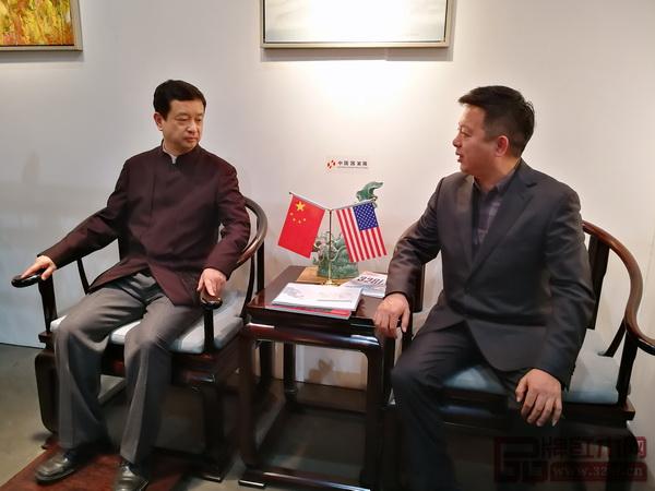 中国驻洛杉矶总领馆文化参赞古今与中国传统工艺大师、明堂红木创始人张向荣在《首席椅》上合影