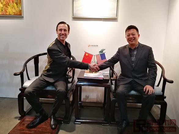 洛杉矶国际艺博会董事局主席斯科特与中国传统工艺大师、明堂红木创始人张向荣在《首席椅》上合影