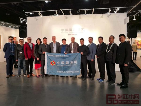 中国传统工艺大师、明堂红木创始人张向荣(左五)受邀参加第23届美国洛杉矶艺术博览会中国国家展