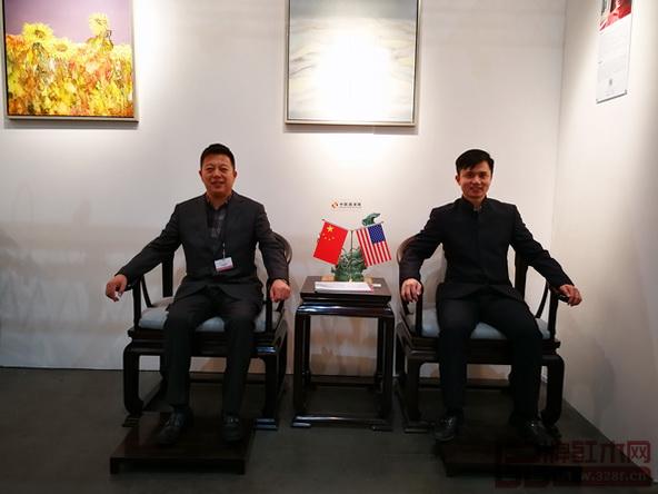 全国工商联民间文物艺术品商会副会长、全联艺术红木家具专业委员会执行会长、弘木传媒CEO林伟华与中国传统工艺大师、明堂红木创始人张向荣在《首席椅》上合影