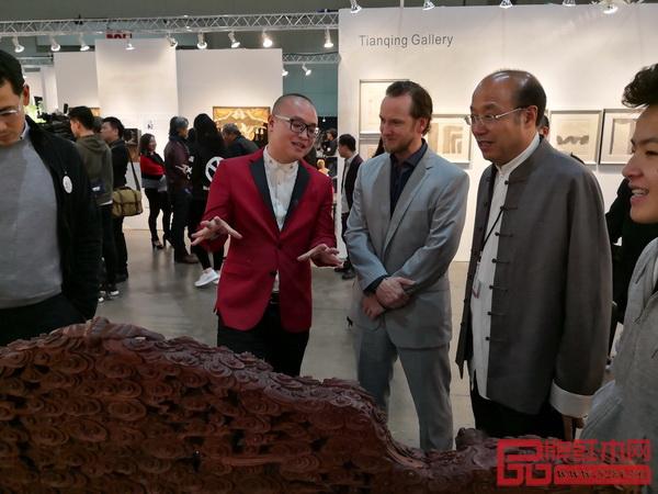 卓木王总裁杜长江向好莱坞名流介绍宝座
