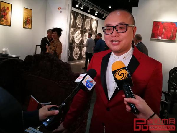 卓木王总裁杜长江在展会现场接受美新华社、凤凰卫视的联合采访