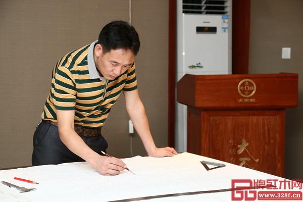 时至今日,国方红木董事长陈新平依然保持着自己亲自画设计图的习惯