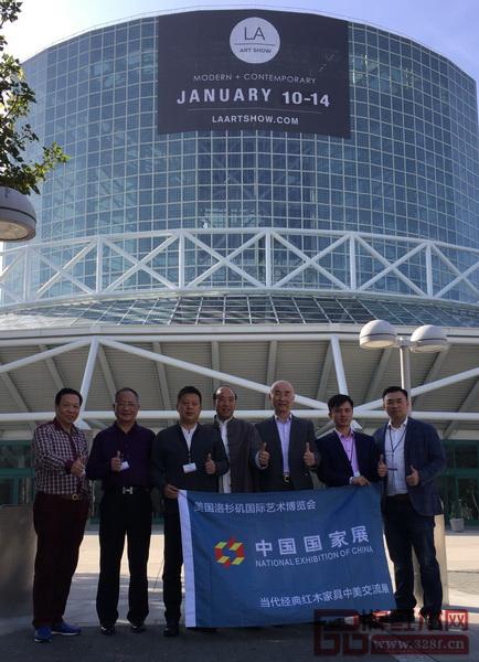 """""""中国艺术红木军团""""代表为美国洛杉矶中国国家展首届当代经典红木家具中美交流展点赞"""