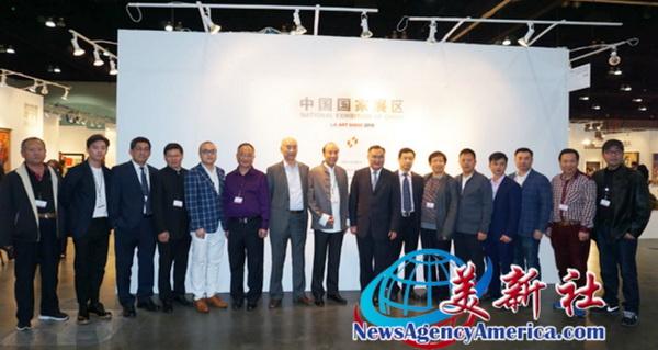 中国传统工艺大师、鲁班木艺董事长李爱金(左六)受邀参加第23届美国洛杉矶艺术博览会中国国家展
