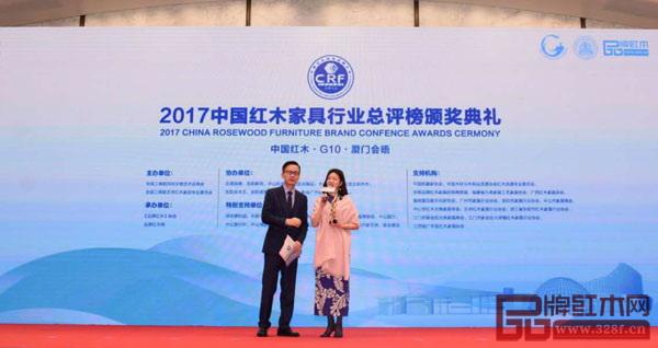 红古轩营销总监杨晶(右)接受中央电视台主持人李晓东的现场采访,她表示追求是无止境的,唯愿做更好的自己