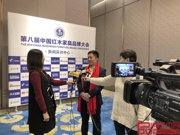 大汇堂董事长胡春龙在中国红木家具品牌大会现场接受中央电视台、新浪直播、南方电视台、广东电视台等各大媒体联合采访