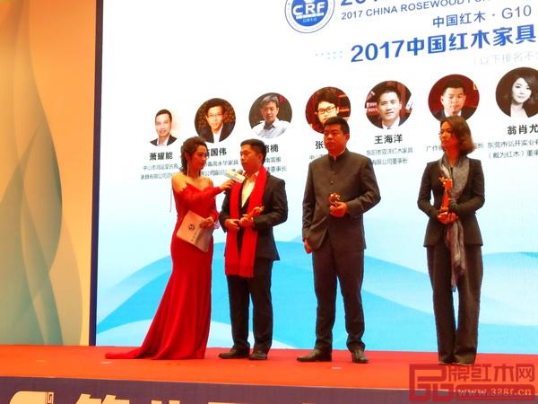 大汇堂董事长胡春龙(左二)在颁奖典礼现场接受厦门电视台主持人采访,总结大汇堂2017年的发展成果并展望2018年发展愿景