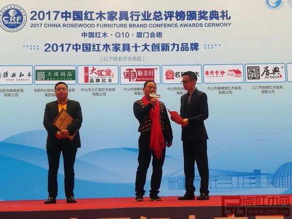 雅典红木董事长包海深在领奖时接受中央电视台主持人李晓东采访