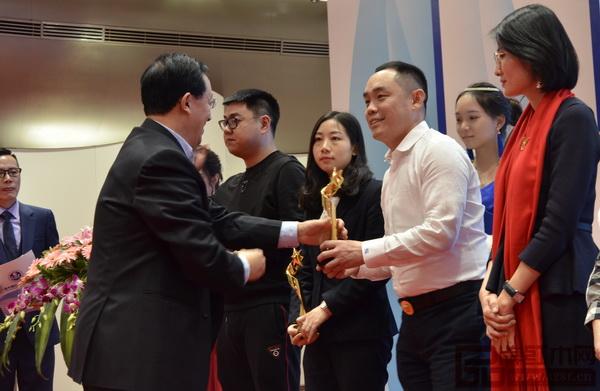华南农业大学博士生导师李凯夫(左一)给大成尚品董事长黄秋奇颁发获奖奖杯