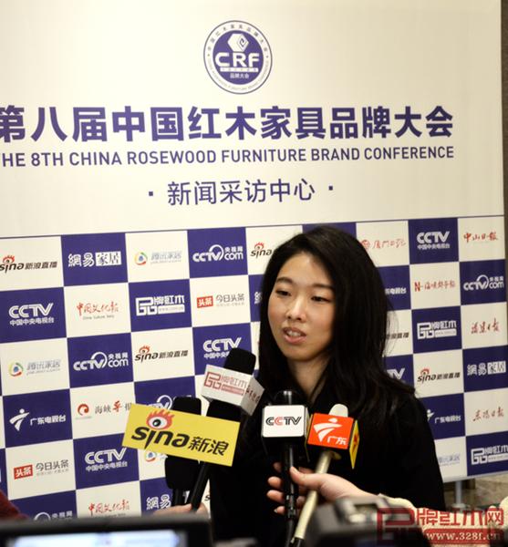 伍氏大观园副总经理伍泳莉在第八届中国红木家具品牌大会上接受媒体采访
