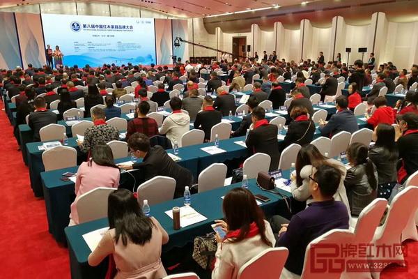 第八届中国红木家具品牌大会现场气氛很是热闹
