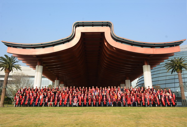 第八届中国红木家具品牌大会参会嘉宾在金砖会晤地——厦门国际会议中心合影留念