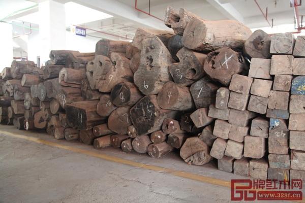 御乾堂红木工厂内储存大批的老挝大红酸枝原材
